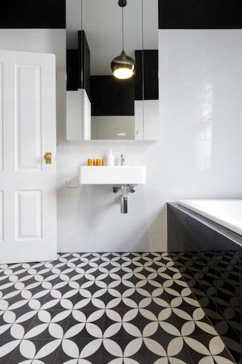 Vloer bestaande uit badkamertegels en vloerverwarming