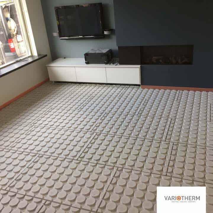 Vloerverwarmingsplaten worden geplaatst