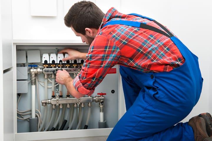 Laat een vakman je vloerverwarming repareren en herstellen na een grondige controle
